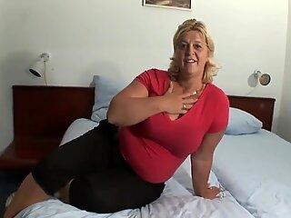 Wanita cantik besar kelentit yang sangat panas