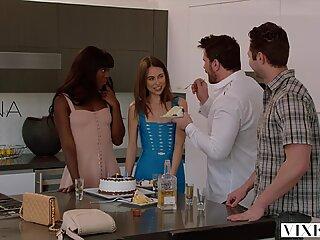 Vixen Riley Reid mempunyai Bertiga yang sengit dengan Ana Foxxx dan Teman Lelaki