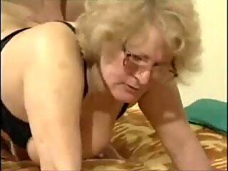 Una abuela rubia con gafas cabalga su joven semental super caliente